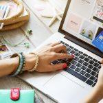 Mujer hace compras en línea