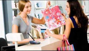 dos mujeres comprando en una tienda