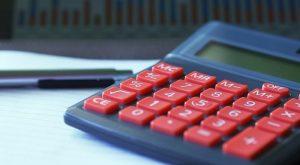 calculadora y pluma en una mesa