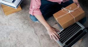 persona sentada con un paquete en una mano