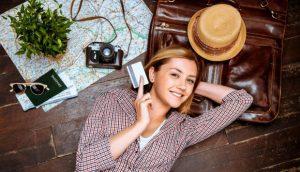 Chica con tarjeta de crédito para viajes