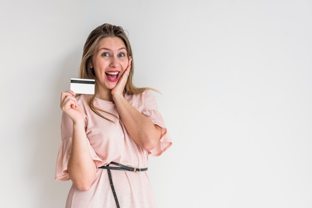 Mujer feliz con tarjeta de crédito