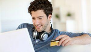 Joven con tarjeta de crédito