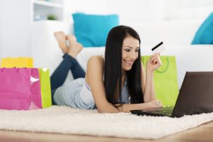 Mujer compra ropa en línea
