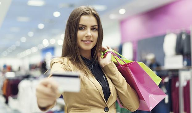 Mujer con una tarjeta de crédito