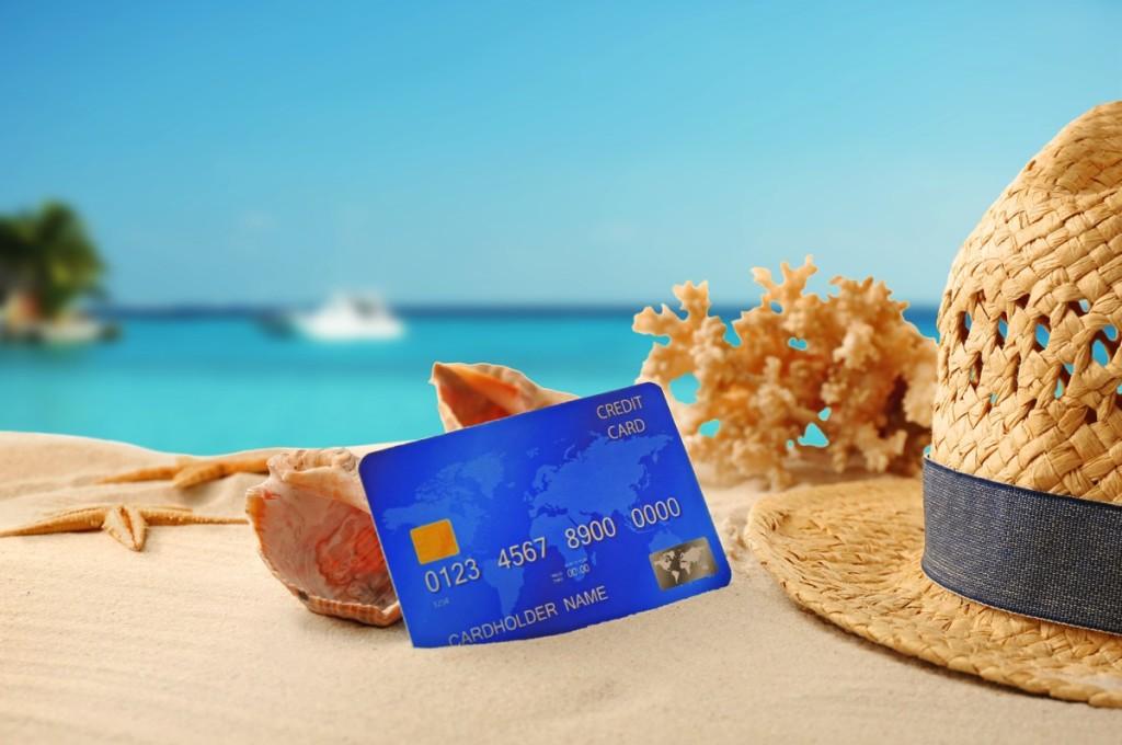 Tarjeta de crédito en la playa