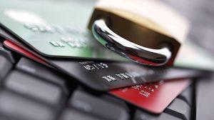 Tarjeta de crédito y candado