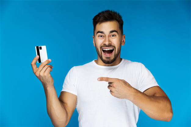 Hombre con tarjeta de crédito Visa