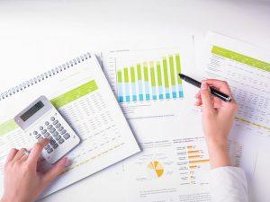 Hombre planificando las finanzas