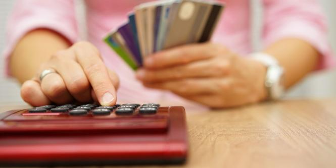 Mano de mujer usando calculadora
