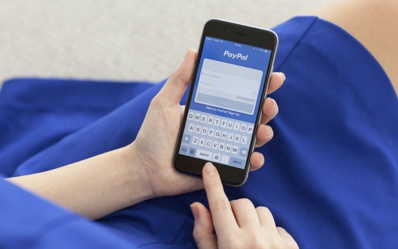 Mujer se registra en Paypal