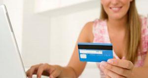 Mujer con tarjeta de crédito