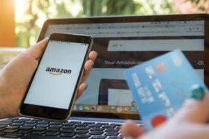 Mujer compra en Amazon