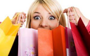 Mujer con compras acumuladas