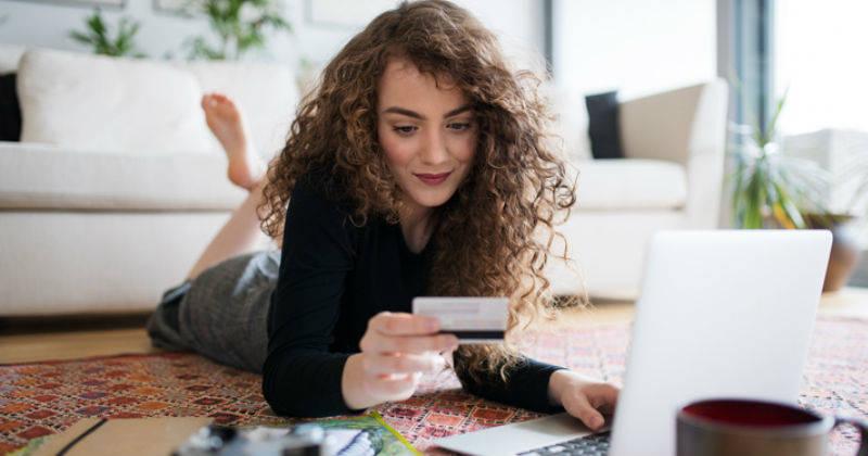 mujer al pagar tarjeta de crédito