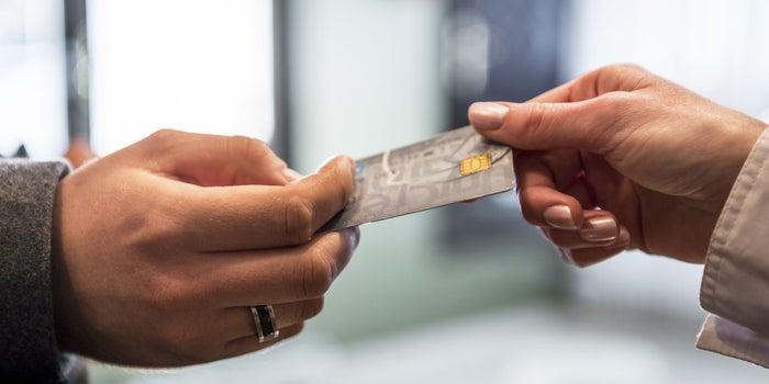 persona recibiendo su tarjeta de crédito