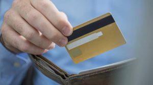 hombre al pagar tarjeta de crédito