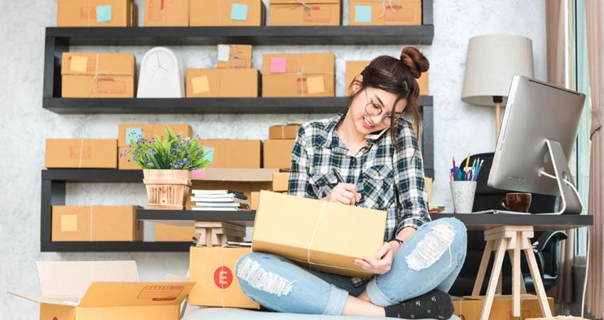 La logística consiste en el proceso de almacenamiento de recursos y envío a su destino final. La gestión de la cadena de suministro de back-end es crucial para el éxito de tu comercio electrónico, y puede hacer o deshacer tu negocio. La logística de comercio electrónico puede ser mucho más compleja que en una tienda física, donde los productos se envían desde el almacén y simplemente se entregan a un cliente en el momento de la compra. En un negocio de comercio electrónico, la logística va más allá de encontrar un buen socio de mensajería, también implica el almacenamiento, el seguimiento y el seguro, la rentabilidad del envío, el embalaje, etc. El proceso logístico para una pequeña empresa de comercio electrónico Comencemos con lo básico definiendo tus necesidades de almacenamiento. Normalmente, una vez que un cliente finaliza su compra en tu sitio web, la transacción activará tu software de inventario y lo ajustará automáticamente; y cuando recibas la notificación de que el pedido ha sido confirmado, deberás organizar el envío del producto. Hay diferentes formas de organizar el envío, según el tamaño de tu operación de comercio electrónico. Opciones de envío La elección de una estrategia de envío para tu negocio de comercio electrónico también es un paso importante en la operación de tu negocio, ya que los diferentes métodos y precios de envío tienen el poder de elevar tus tasas de conversión, ya que reduce el abandono del carrito de compras. Pero debido a que alguien tiene que pagar por este envío, debes tener en cuenta todas las opciones antes de decidir cuál tiene más sentido para tu comercio electrónico. Ofrecer envío gratuito se está volviendo cada vez más popular, pero como se dijo anteriormente, alguien tendrá que pagar el precio y tú puedes aumentar el precio de tu producto para cubrir los costos (hacer que el cliente pague), quitar el costo de envío de tu margen de ganancia (el negocio lo paga) y también puedes dividir el costo del envío entre tú y el con
