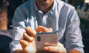 hombre usando su iPhone