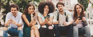 universitarios usando celulares