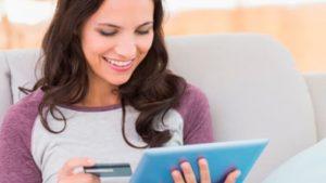 Mujer revisando tarjeta de crédito