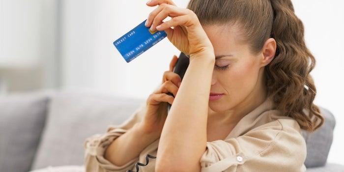 Mujer sosteniendo tarjeta de crédito
