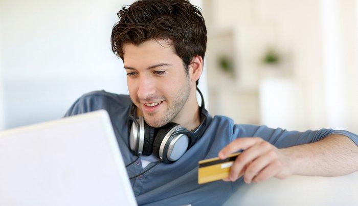 Adolescente aplicando para primera tarjeta de crédito