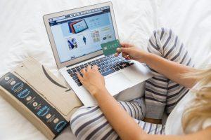 Adolescente usando tarjeta de crédito
